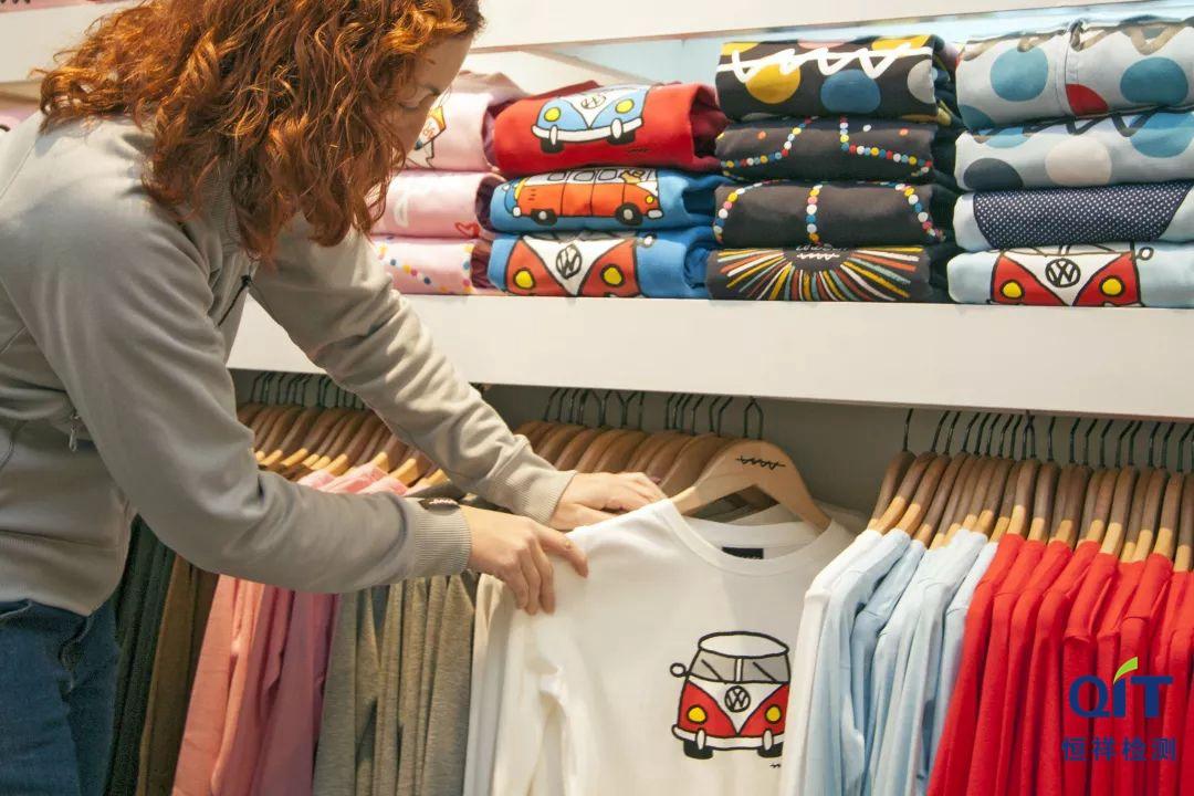 进口纺织服装产品在国内销售时,产品质量由谁对消费者负责?